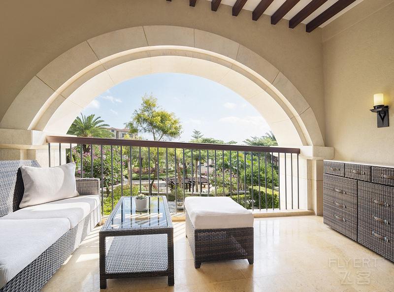 Deluxe_King_Bedroom_Garden_View_Balcony-璞崕鍥櫙澶у簥鎴