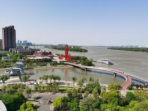 长江边的南京滨江希尔顿
