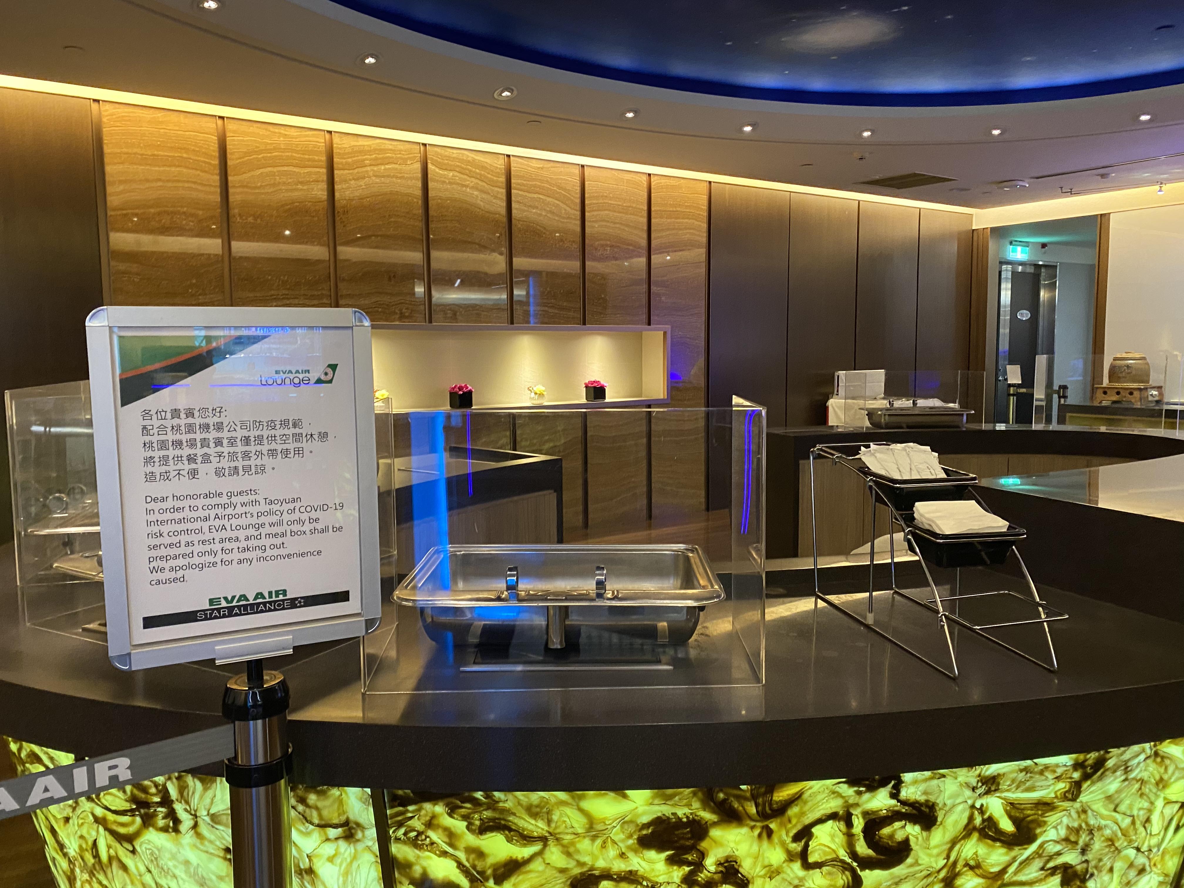 CA196经济舱回上海小记 疫情之下-台湾长荣休息室的用餐环境